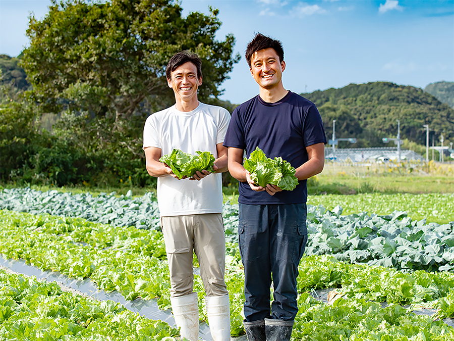 写真:遠藤さんと濱野さんが畑に立ち微笑んでいる様子